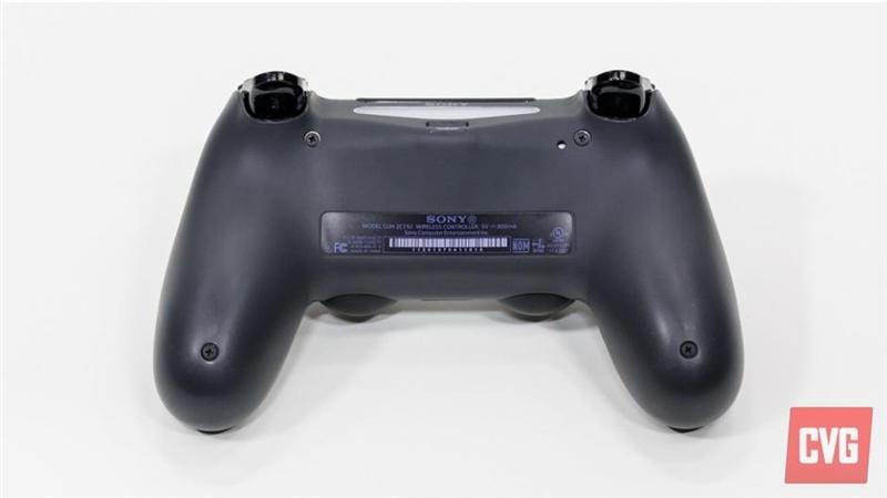 索尼在PS3身上苦心经营了7年时间,但发售之初的指责让索 尼迈入高清娱乐时代的第一步走的异??部?。然而PS4的发售 再次让人们看到了娱乐巨头谋求重新屹立的决心,同时漫天 飞的体验报告也体现了外界对于PS4的关注程度。 近日,CVG为我们带来了一份PS4体验报告,其中包括详细的 游戏机硬件规格及软件功能。 PS4主机硬件与功能 作为索尼布局未来客厅娱乐生态系统的重点产品,PS4融入了最新的硬件和功能。 PS3在上市之初由于采用了定制处理器而被评为游戏开发者 的噩梦,但是这一点在PS4时代的到了很好的修正,
