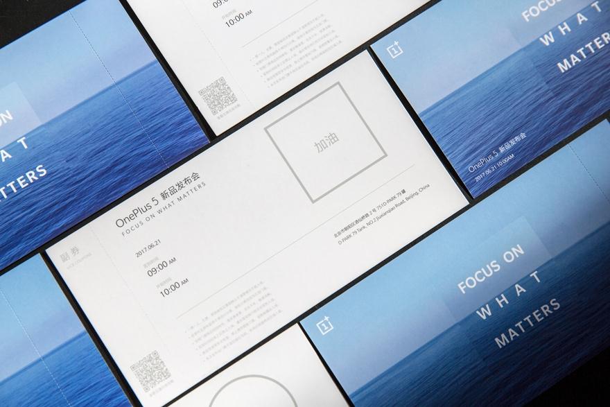 今天,一加手机官方微博公布了一组发布会邀请函的图集,从图片来看图片