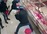 匪徒抢金店 却被玻璃柜气哭了:大写的囧