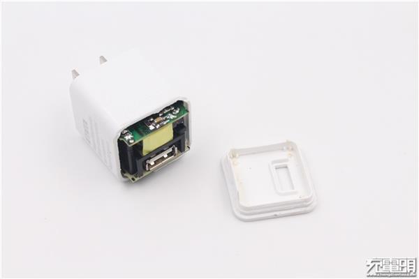 iqos电子烟充电器拆解:小空间内也如此复杂
