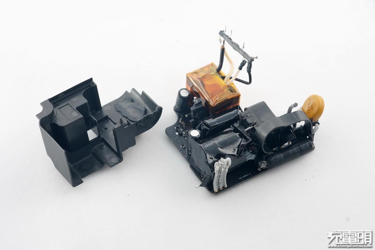 正当大家都把注意力集中在苹果18W USB PD充电器上时,苹果却在WWDC 2018开发者大会之后悄然上架了一款30W USB PD充电器。与此同时,原有的29W USB PD也被下架,也就是说这款30W充电器取代了原有的29W充电器。 对比发现,这两款充电器除了型号、参数以及外壳制造工艺不同之外,产品性能也有很大差异,比如对手机、移动电源等的兼容性,给新款MacBook充电时的输出电压等都有所差别。 今天就对这两款充电器的内部进行一个详细的对比,让大家对这两款充电器的用料、做工等方面的差异有一个更加清