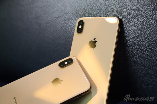 看起来更接近古铜色,另外因为边框是不锈钢材质,闪亮的金色对比以前铝